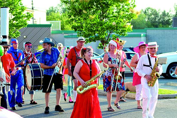 Le défilé de L'Harmonie de Disraeli, 10 juillet (crédit photo : Jean-Bastien Gouin)
