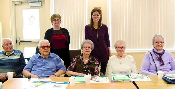 Debout à gauche : Mme Lorraine Talbot audioprothésiste et à droite Mme Marie- Ève Lessard. Assis de gauche à droite : M. Fernand Gagné, M. Laurent Gagné, Mmes Yvonne Gagné, Bernadette Gagné, Claire Drapeau