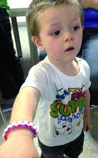 Noah avec son bracelet