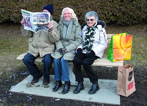 de gauche à droite : Inconnu lisant le journal, mesdames Pierrette Sévigny Gisèle Gagné.