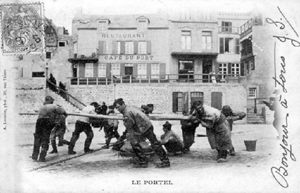 photo, tirée de Google : Anonyme, un cabestan actionné par des hommes dans la commune Le Portel, en France.