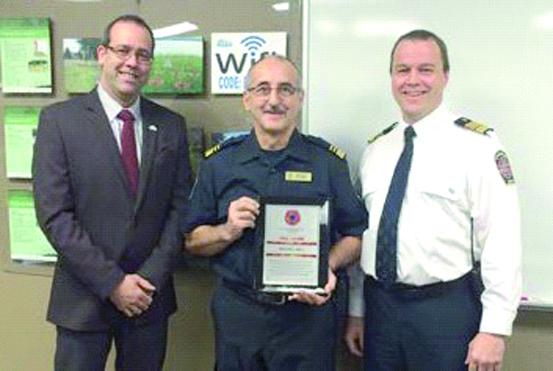 De gauche à droite : le maire M. Ghislain Breton, M. Michel Roy, récipiendaire de la plaque et pompier depuis 40 ans, M. Michel Fillion, directeur du Service incendie de Lambton.