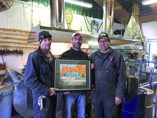 Devant leur champion, nos trois gagnants, Yann Faucher, Yannick Dubois et Éric Faucher. Leur prix : une aquarelle de l'artiste Ghislaine F. Pellerin illustrant la «cabane».