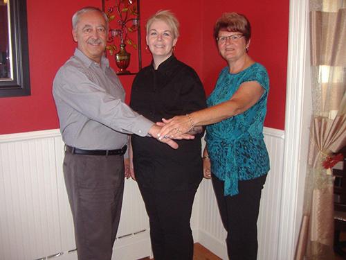 Les copropriétaires de l'Auberge La Chanterelle, Gérard et Diane Nadeau, entourant la propriétaire de Traiteur MC Gouin, Marie-Claude Gouin d'Irlande.