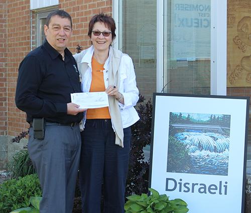 Le maire de la Ville de Disraeli, M. Jacques Lessard, remettant le chèque au montant de 1 500$ à la présidente du Cinéma du lac Mme Johanne Laurendeau.