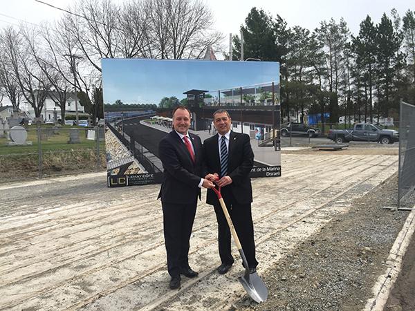 Le député de Shefford, M. Pierre Breton accompagne le maire de la ville de Disraeli, M. Jacques Lessard, lors de la symbolique pelletée de terre marquant le début des travaux.
