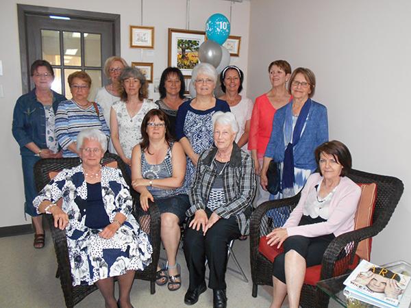 Voici une partie du groupe de bénévoles entourant l'inspiration du projet de bibliothèque de Sainte-Praxède, Mme Jeanne D'Arc Ruel