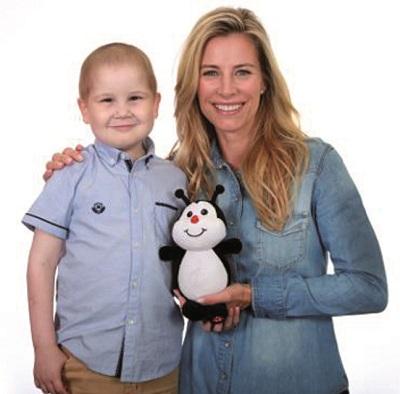 François Richard, 6 ans, atteint de cancer, en compagnie de Julie du Page, animatrice et comédienne et de Camie la peluche Leucan