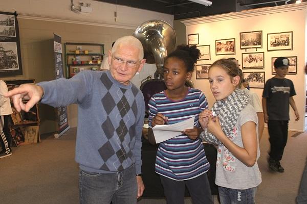 M. Jean-Yvonnic Girard  et deux jeunes filles lors de la visite scolaire