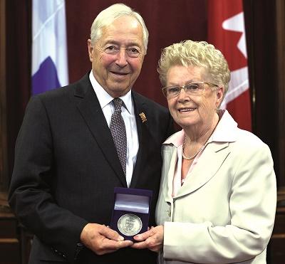 Mme Turcotte-Gouin et le lieutenant-gouverneur l'honorable J. Michel Doyon