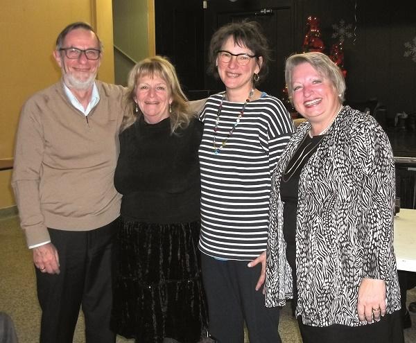 Nous apercevons la bénévole de l'année Mme Dyane Raymond avec à sa gauche M. Yves Lirette/rédacteur en chef, Mme Dominique Langevin/adjointe au directeur, et à l'extrême droite la présidente du conseil d'administration du Cantonnier Mme Diane Morneau.