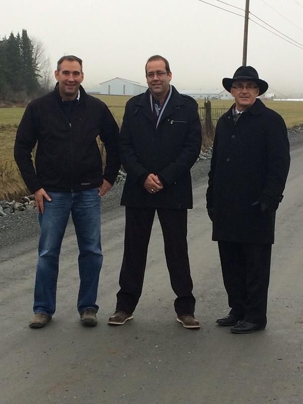 De gauche à droite : M. Jean-François Gagnon, président, Excavations Gagnon et Frères; M. Ghislain Bolduc, député de Mégantic et M. Ghislain Breton, maire de Lambton.