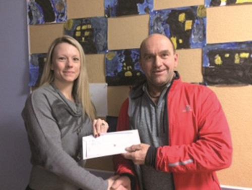 Mme Joanie Camiré-Roy, directrice intérimaire de l'école St-Nom de Jésus et M. Yves Vachon, président du Tour cycliste du Lac Aylmer.