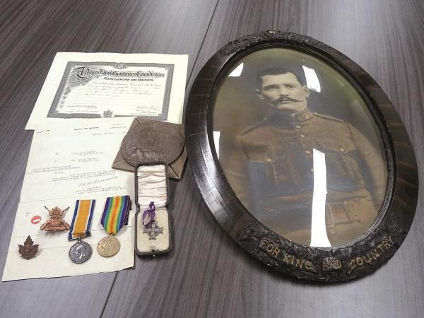 La Croix du souvenir, le médaillon de décès, la médaille de la Victoire et la médaille de guerre britannique, tous identifiés à son nom. De plus, le lot comprend un portrait de Ludger Camiré, son certificat de décès, deux badges et le rapport des circonstances de sa mort.