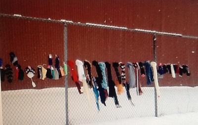 Foulards, tuques et mitaines sur la clôture de Shermag